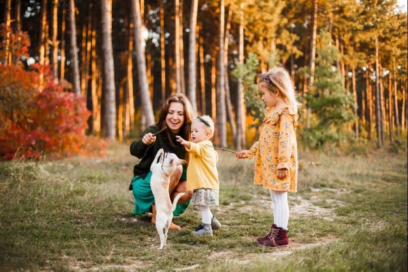 au-pair s dětmi při hře se psem