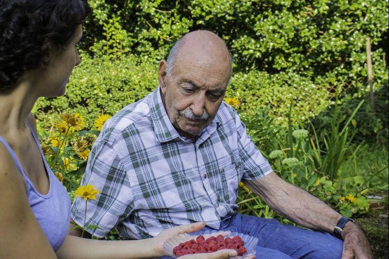 výlet seniora s pečovatelkou